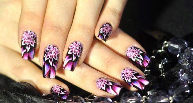 Фиолетовые цветы на ногтях