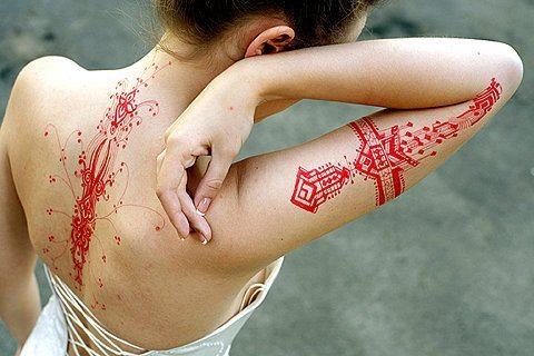 девушка с кровавыми рубцами на спине и руке