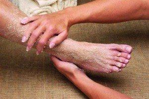 нанесение скраба на ноги