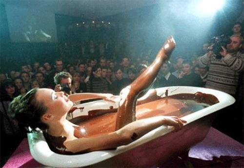 девушка в шоколадной ванной