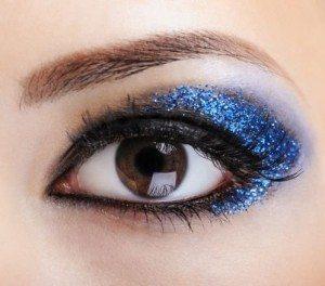 синие блестки на глазах