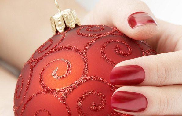 красный лак на новогоднем шаре