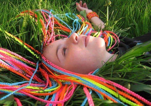девушка с афрокосами на траве