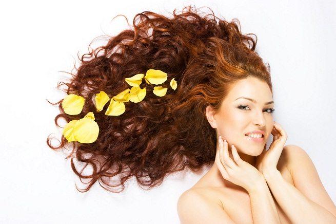 волосы в лепестках роз