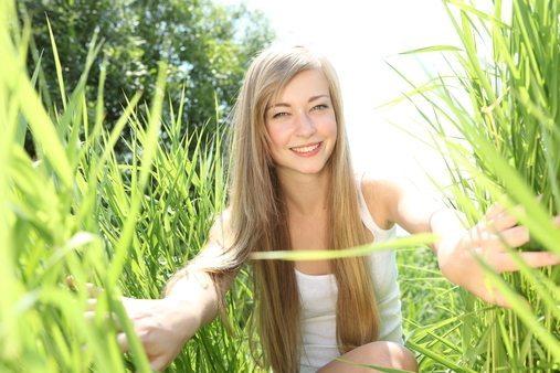 девушка в зеленой траве