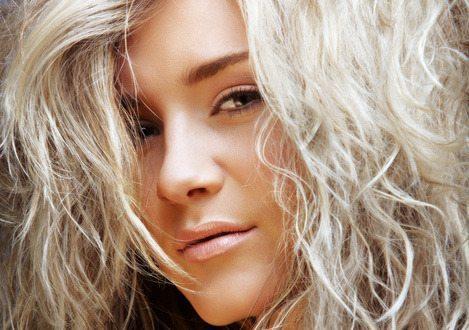 мокрый эффект на блонд шевелюре