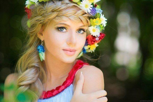 девушка с венком из цветов на голове