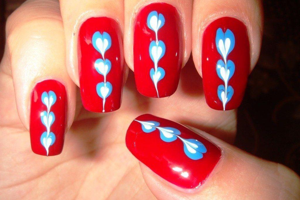 нежные сердечки на красном фоне
