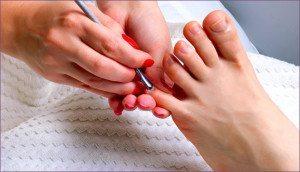 отодвигание кутикулы с ногтей