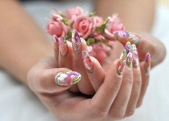 руки с цветным маникюром
