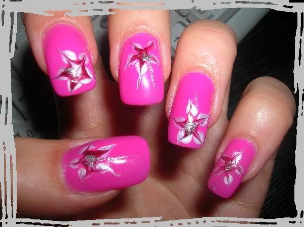 розовый маникюр с кляксами