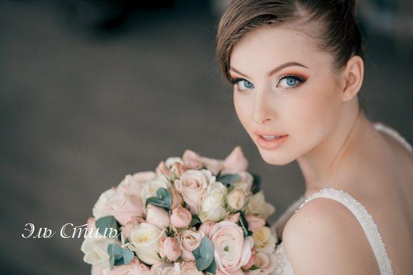 невеста с нежными розами