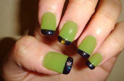 черно- зеленый лак на ногтевом ложе