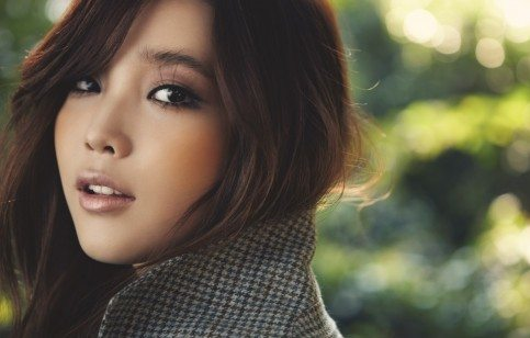 красиво накрашенная кореенка