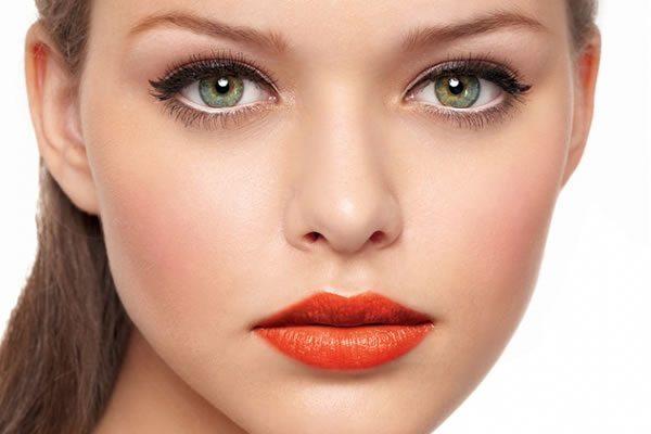 девушка с оранжевыми губами