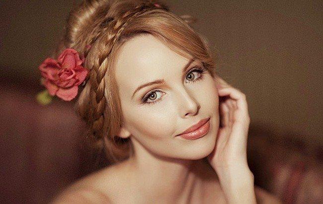 девушка с косой и цветком