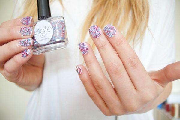девушка с Caviar manicure