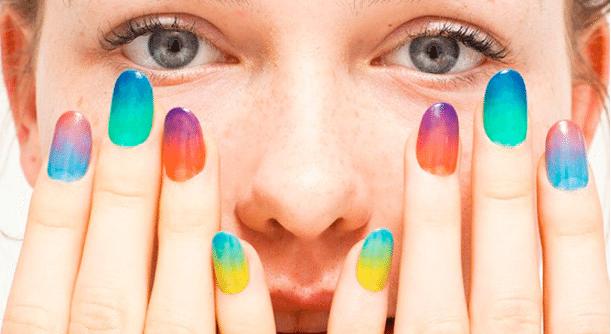 девушка с разноцветными ноготками