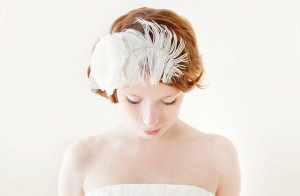 перо на локонах невесты