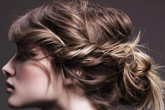 узел из волнистых волос