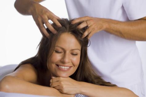 процедура массажа кожи головы