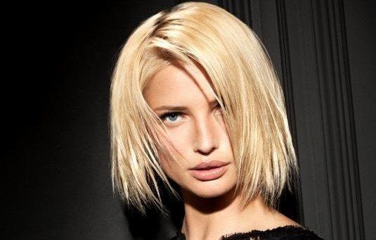 блондинка на черном фоне