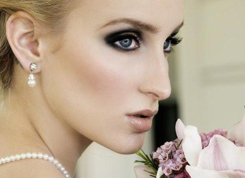 зеленоглазая невеста с очень ярким макияжем
