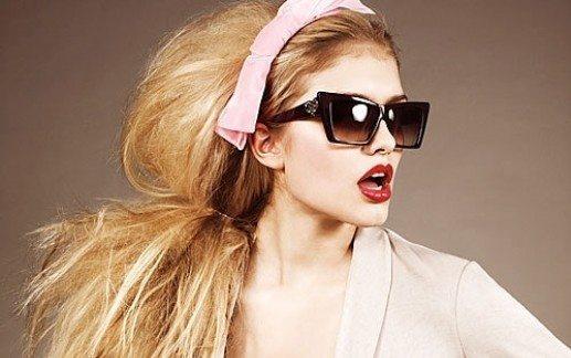 Девушка в очках с шикарной шевелюрой