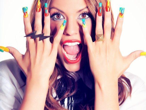 девушка с яркими свег ногтями