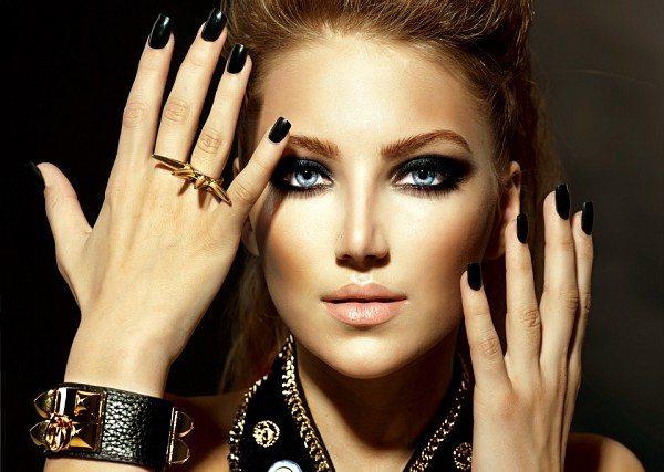 девушка с черным лаком на ногтях