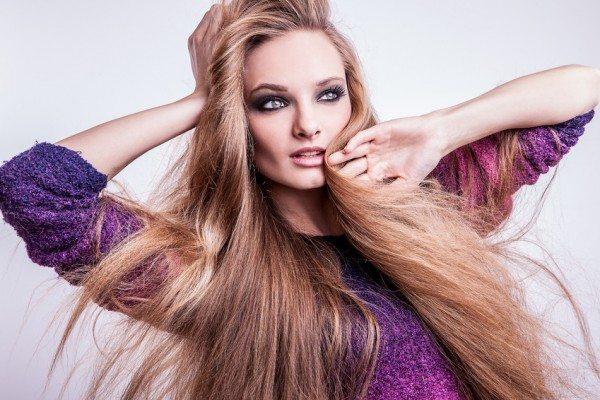 красивая модель с русыми волосами