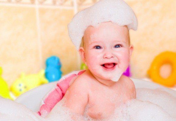 малыш с мыльной головой