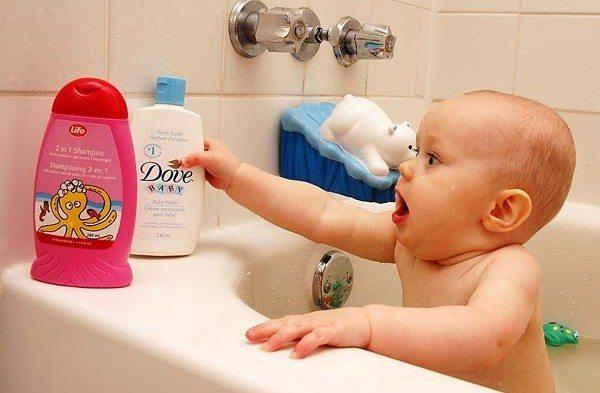 малыш тянется к бутылькам