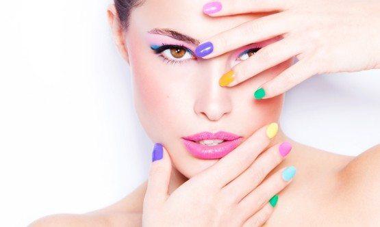 разноцветный лак на ногтях