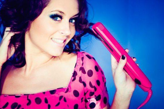 девушка в розой кофте с утюжком