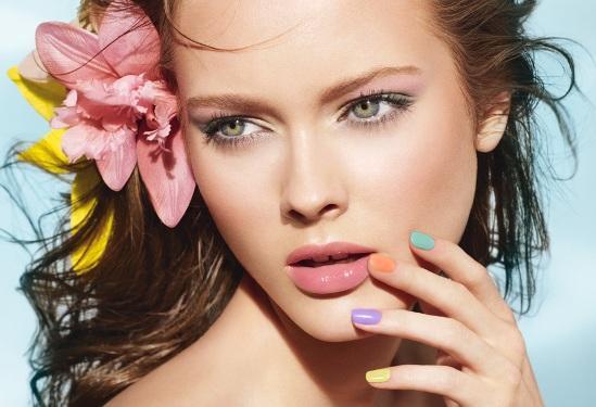 красивая брюнетка с пляжным make up
