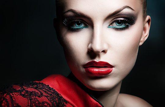 девушка с макияжем вамп