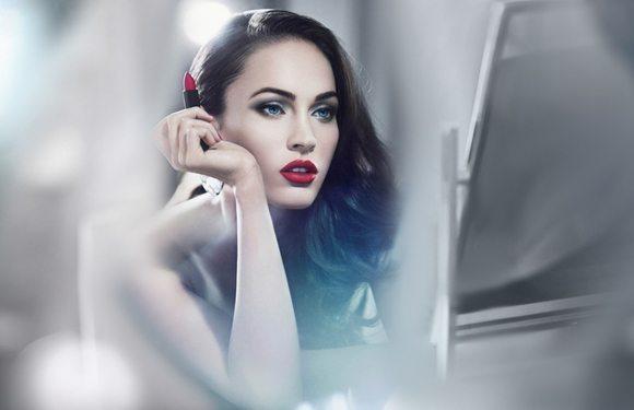 Меган Фок с алыми губами в макияже