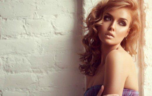 девушка на фотосессии с нежным make up