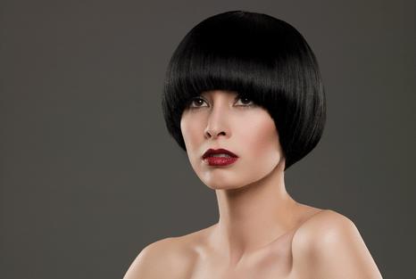 красавица с черными волосами