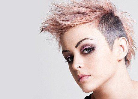девушка с серо- розовыми волосами