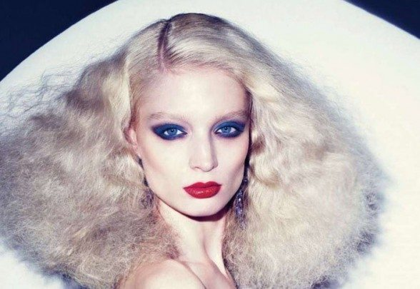 девушка с ярким макияжем в стиле 70-х годов