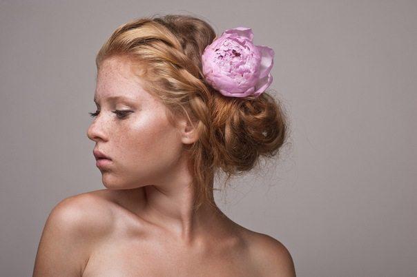 девушка с розовым цветком на голове