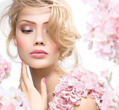 блондинка в цветах с милым макияжем