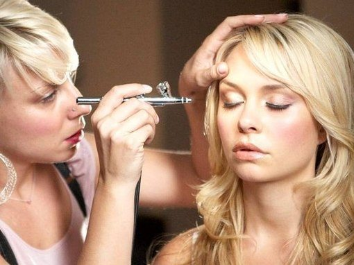 распыление косметики по лицу