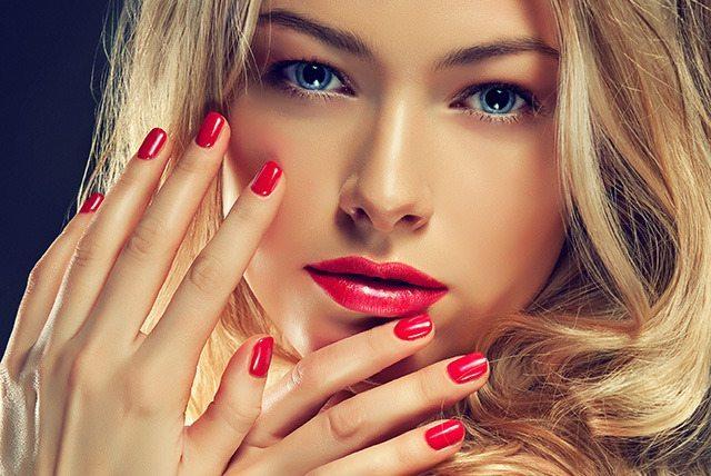 блондинка с красными ногтями