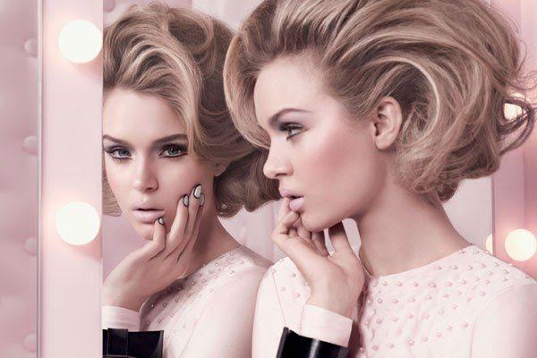 девушка с нежным макияжем перед зеркалом