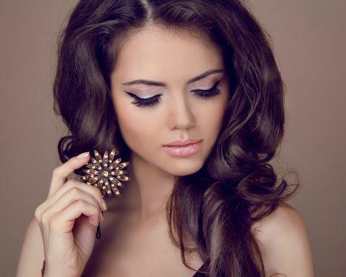 девушка с праздничным макияжем