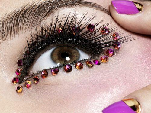кристалики приклеенные вокург глаза