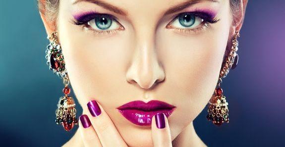 девушка с ярким фиолетовым макияжем